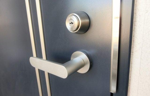深夜帰宅時にアパートの鍵をなくして部屋に入れない時の対応と紛失しない方法