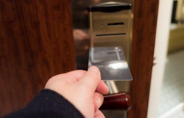 栃木県真岡市 深夜の鍵開けトラブル~アパートの玄関ドアカードキーが開かない